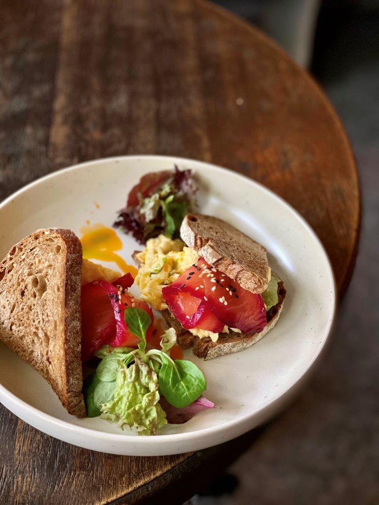 Скрэмбл на ржаном тосте с лососем и гуакамоле