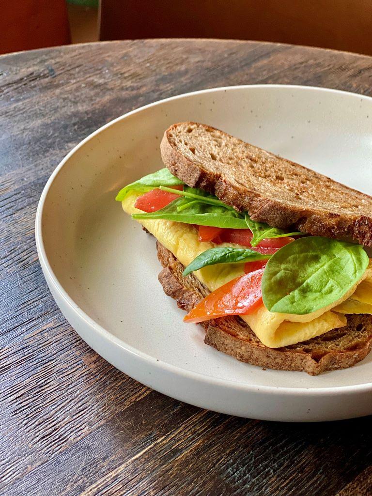 Омлет 4 сыра на зерновом хлебе
